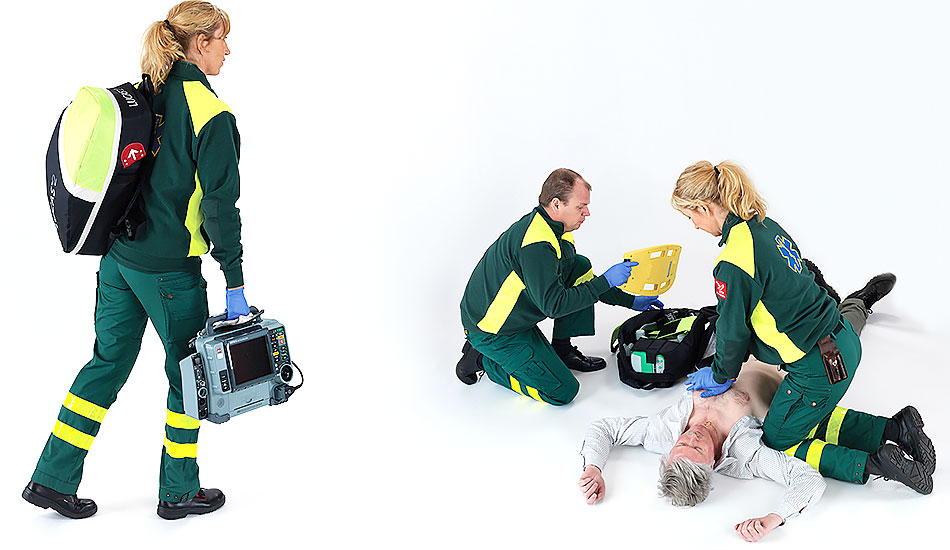 Bild på medvetslös man och tre sjukvårdare