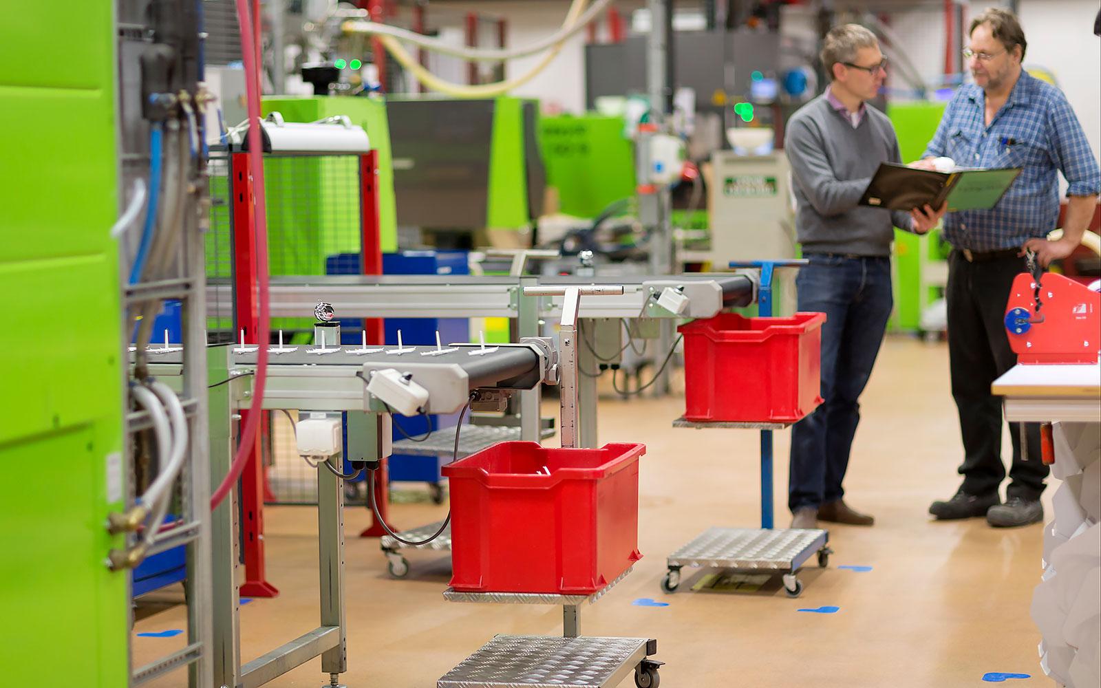 Formsprutningsrobotar inne på AMBs fabrik